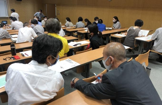 外国人生徒とのコミュニケーション方法について、都立六郷工科高校で教職員向け研修をしている様子